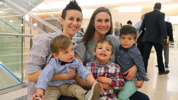 Madres lesbianas adoptan 3 hermanos